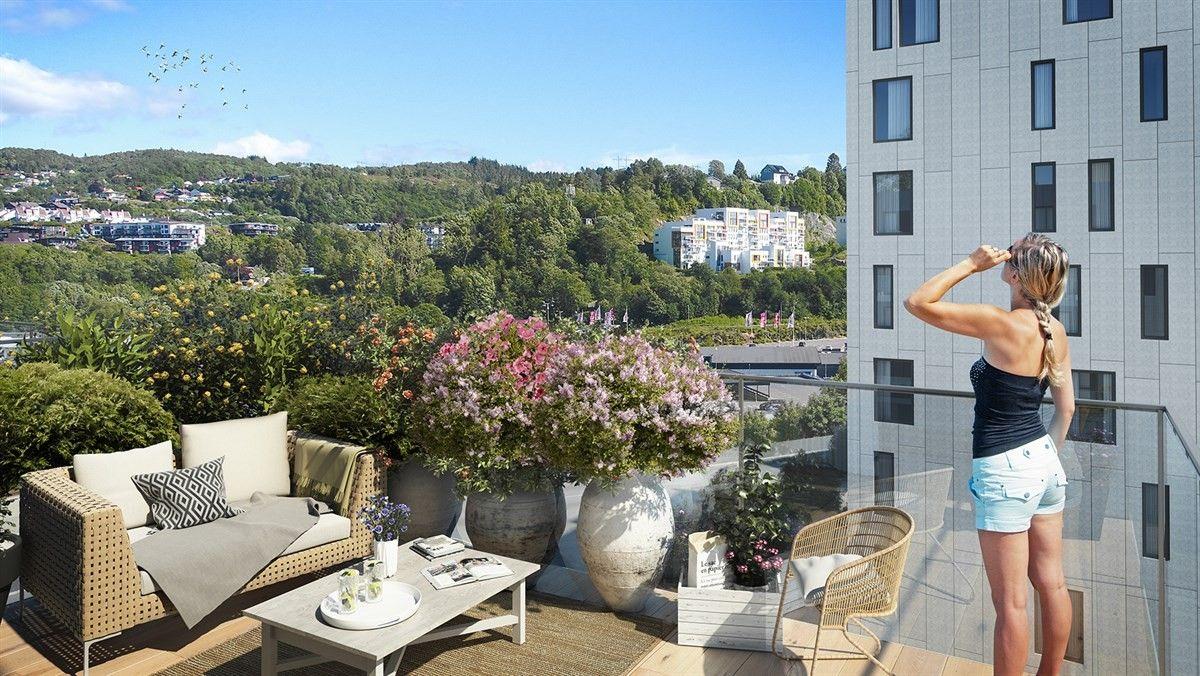 terrasse kvinne nyter utsikten