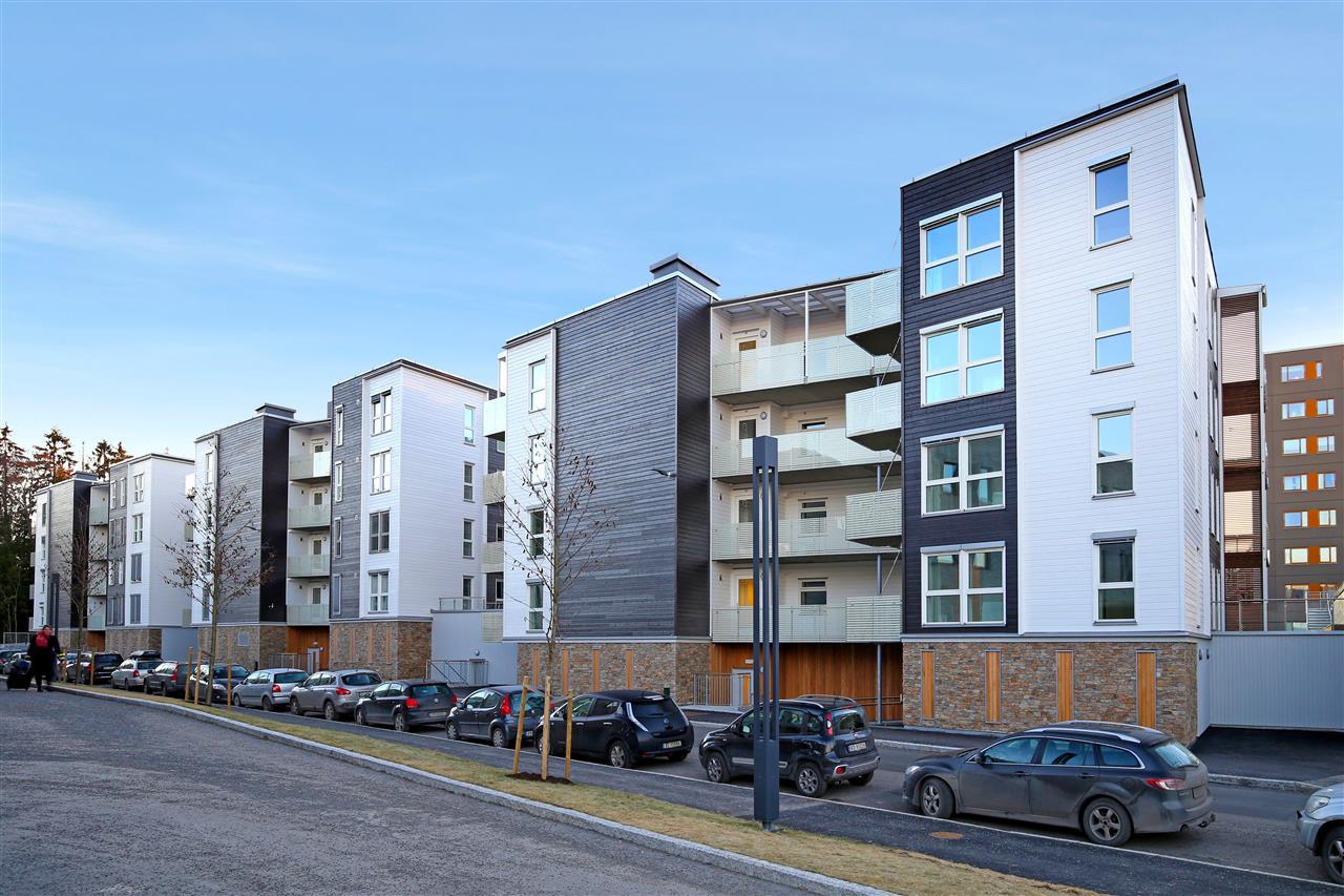 Eiendommer med balkonger og gateparkering
